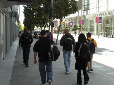 写真1 会場へ向かう参加者たち