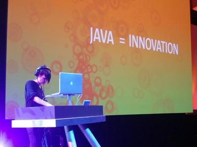 写真1 開幕直前。恒例となったDJによるライブ。テクノミュージックが来場者たちの気持ちを高めます
