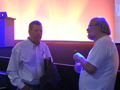 写真2 開幕前に談笑するScott McNealy氏(左)とJames Gosling氏(右)