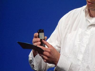 写真4 今回のJavaOneの見どころの1つとして紹介された,micelloの携帯電話