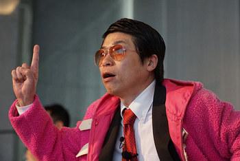 急遽登壇した九州朝日放送「野望研究所」のパーソナリティ、岡本先生こと岡本啓氏(写真)と中島尚樹氏。ユニークなパフォーマンスで会場を大きく盛り上げた