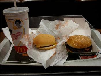 日本の都心のように遅くまで食事処が空いていることは少ない。到着時間が遅いとマクドナルドやファーストフードで腹ごしらえ。