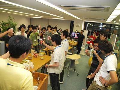 写真4 インターン参加者の歓迎会,みなさん集合です。乾杯!