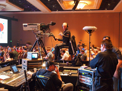 キーノートの模様はインターネットによるライブ配信が行われる。カメラマンの準備もばっちり