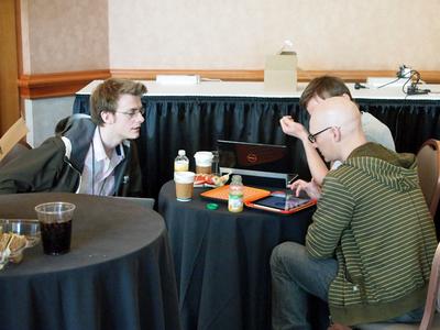 ラウンジでは,同じテーブルに座り手持ちのマシンを使いながら情報交換をする姿が至る所で見られた