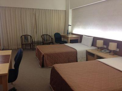 写真3 ホテルの2人部屋。人数分の広い机と,電源とネット環境があります