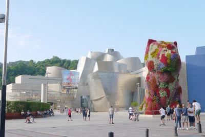 グッゲンハイム美術館と,ジェフ・クーンズ作『パピー』