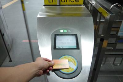 A'REXの乗車券と改札