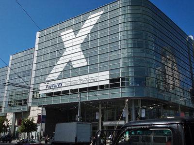会場となったMoscone Westの外壁には,PayPal開発者のシンボルでもある「X」の文字が