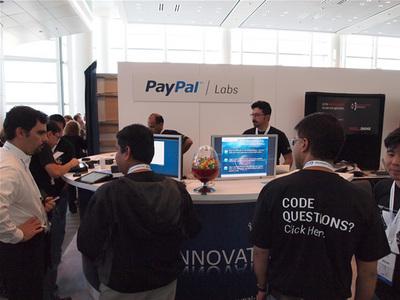 PayPal Labsのブース。PayPal X上のコーディングサンプルなど,開発者にはたまらない内容ばかり