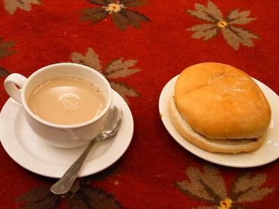 朝食のベーコンサンドとミルクティー