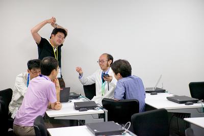 軽快なトークで会場を沸かせたKitagami氏。講演の時間だけでは足りず,終了後も場所を変えて参加者とIoT話に花を咲かせていたようです