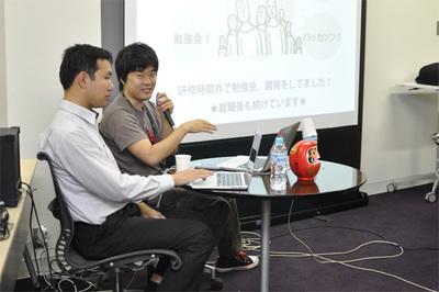 聞き手のだるまジャパン 水野将史氏(左)と尾崎慎一氏