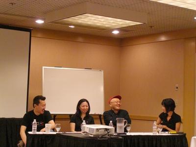 写真1:左から,パネリストの廣島氏,松原氏,佐藤氏,右はモデレータを務めた渡辺氏