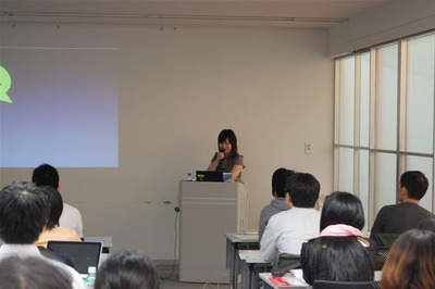 自身の経験を元に,デザインについて語る山田あかね氏。