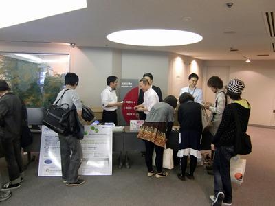 スポンサー各社の展示ブース。昼休みの合間に多数の来場者が訪れていた
