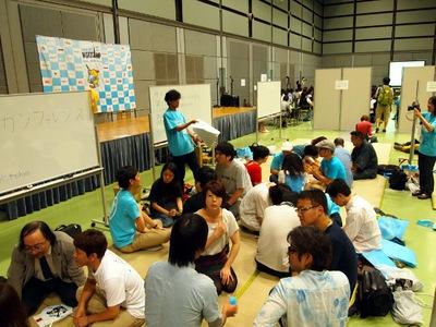 畳の上でのアンカンファレンス。「聞きたいセッションは」というテーマで4人一組で集まって会話するなど,さまざまな交流が行われた