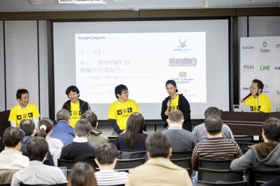 左から北海道の@nagatani(永谷)さん,大阪の@nqounet(若林)さん,福岡の@debility(平田)さん,沖縄の@codehex(上川)さん。右端は司会の技術評論社 馮