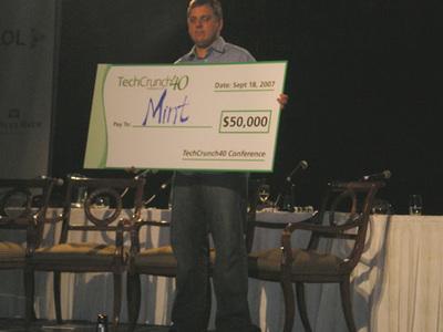 受賞者を発表する共同主催者のマイケル・アリントン