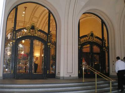 なかなか重厚なパレスホテル玄関