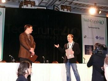 開会の挨拶をする凸凹コンビ,TechCrunchファウンダーのマイケル・アリントンとWeblogの元ファウンダー,ジェイソン・カラカニス(TechCrunch)