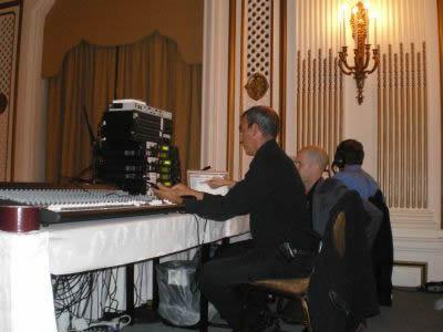 音響エンジニア(手前)に指示を出すジェイソン・カラカニスの会社の副社長