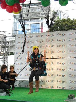 「渋谷で空を飛ぶ。」を体感した渋谷飛鳥さん。今回は披露イベントのためヘルメットを装着していないが,実際の参加者は要ヘルメット装着となる。