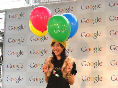 今回のイベントに用意された4色のGoogleロゴ入り風船を手にポーズを取る渋谷飛鳥さん。記者から感想を聞かれ,「本当に楽しかったです!」とうれしそうにコメントしていた。