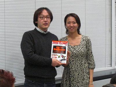 ジャンケン大会で勝ち抜いた参加者と当日の司会を務めたサン・マイクロシステムズ 大渕雅子氏