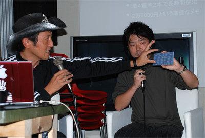 二つ折りキーボードのモックについて解説中のキングジム立石氏(右)。左はビデオジャーナリストの神田敏晶氏。