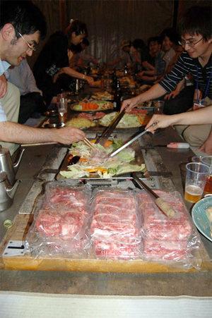 夕食は炭火で本格バーベキュー(見よ,この大量の高級差し入れ肉を!)
