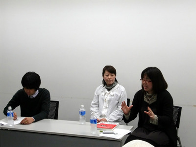 写真2 左からモデレーターの上ノ郷谷氏,スピーカーのやまもといずみ氏,ふじかわまゆこ氏。
