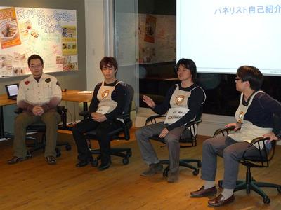 フリーディスカッションの様子。右から川崎氏(リクルート メディアテクノロジーラボ),橋本氏(クックパッド),一条氏(Yahoo! JAPAN),馮(技術評論社)。