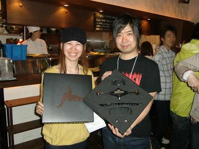 YUREXを紹介する,カヤック中野聡子氏(左)と松村昌宏氏(右)。松村氏は実際に足にはめて実演してくれました。