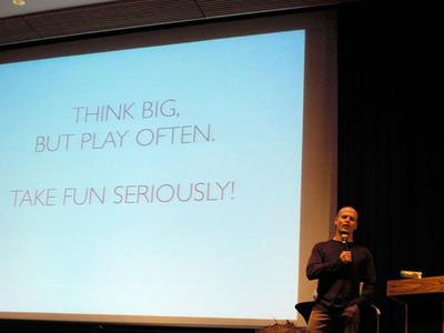 写真2 さまざまなテクニックを披露した最後には,「楽しんでブログをするのがとにかく大事!」というメッセージを送ったティモシー・フェリス氏