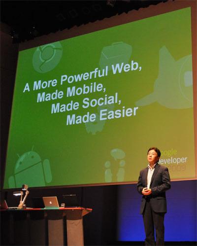 挨拶に立つグーグル(株)代表取締役社長の辻野晃一郎氏。マーケットとしての日本とともに,その技術力に注目し,これからは日本の開発者からのコントリビューションを積極的に支援していきたいとのこと。