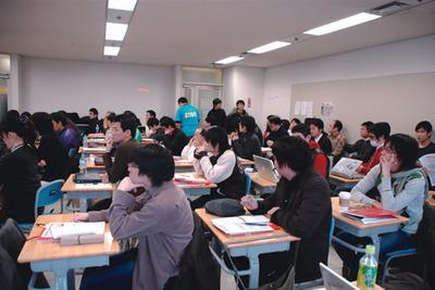 図4  須藤 功平氏のセッションで満員の教室(仙台Ruby会議01)