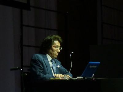 川崎氏は大学の講義さながらに,デザインとユーザエクスペリエンス,それに関連したコンピュータの未来について語った。