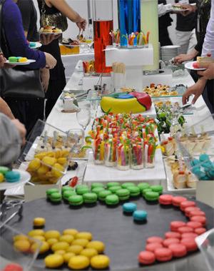 食事コーナーもChromeをテーマにカラフルに飾りつけられています。