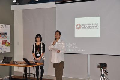 イベント全体の司会を務めた株式会社技術評論社馮富久(右)と,クックパッド株式会社鷲見美緒氏(左)。