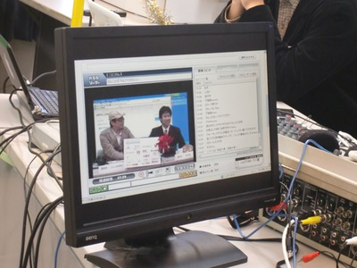 このように,即席でニュースキャスターになれる様子を,放送の裏側から見ることができる。