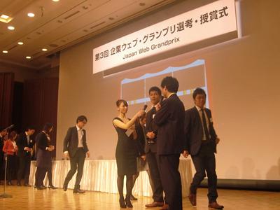 投票権のある参加者が壇上に上がり,その場で投票を行った。