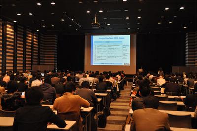 東京会場の様子。応募者の参加率も非常に高く,参加者の多いセッションでは壁際の床で「座り見」する人も現れるほど。