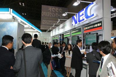 NECのブースでは,クラウドへの取り組みやパートナー企業との連携サービス,導入事例などが多数展示されていた。