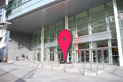 会場となったモスコーンセンターウェストの入り口には巨大なGoogleマップのピンオブジェクトが登場。