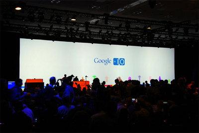 2日目の基調講演開催直前の様子。初日のサーキットを基調とした背景と変わって,Androidをイメージしたデザイン。