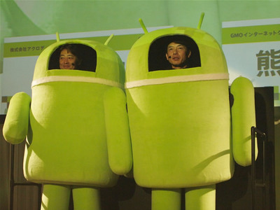 Droid君の姿で,ちょっとはにかみながら登場した熊谷氏(右)と堤氏(左)