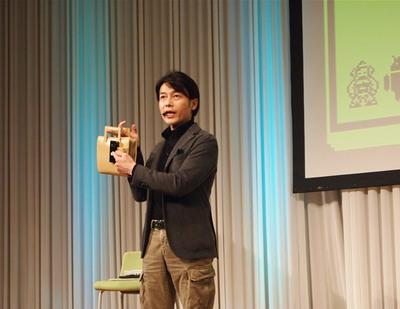 プロジェクト説明にあたって,熊谷氏自身「新しいデバイスを見るとすぐに欲しくなります。ドキドキしてまるで恋愛のようです」とコメントしながら,現在持っている,iPhone,iPad,Android,ノートPC,ガラケーなどを参加者に紹介した