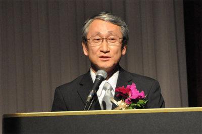 """受賞講演を行う川口 淳一郎""""はやぶさ""""プロジェクトマネージャー。テレビなどでもすっかりおなじみのこの方,時折ジョークを交えた講演で会場を沸かせた。最後にはしっかり予算削減についての苦言も呈しての講演だった"""