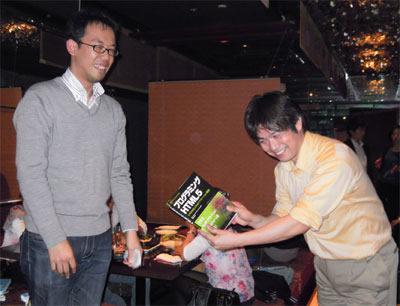 入賞者には白石氏(左)の著作などが記念品として贈られた(右はアスキーアートUIで動くHTML5 Radio作成者の大津繁樹氏)
